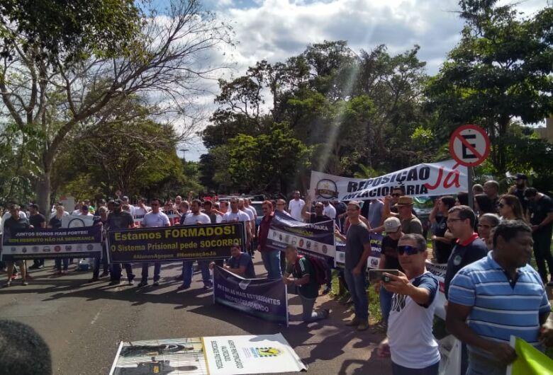 Servidores da Segurança Pública protestam em frente a governadoria em MS