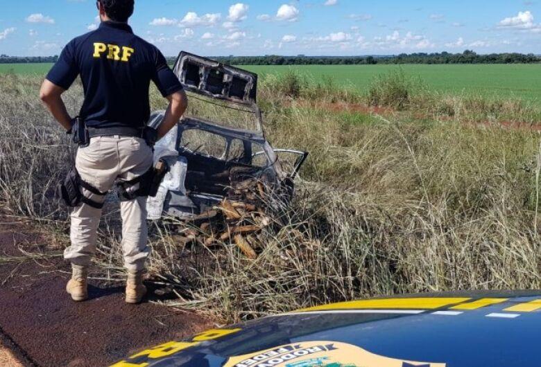 Veículo carregado com drogas pega fogo durante fuga da polícia