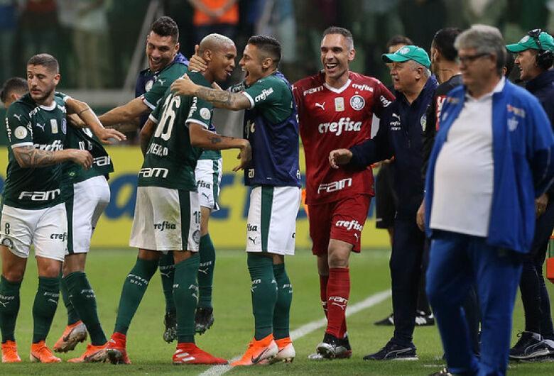 Palmeiras vence Avaí e recupera a liderança