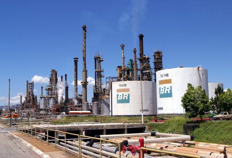 Bolsonaro anuncia redução no preço da gasolina nas refinarias