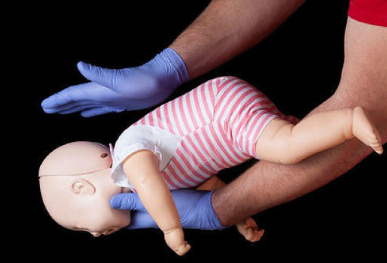 Hospitais devem oferecer treinamento de primeiros socorros a pais de bebês