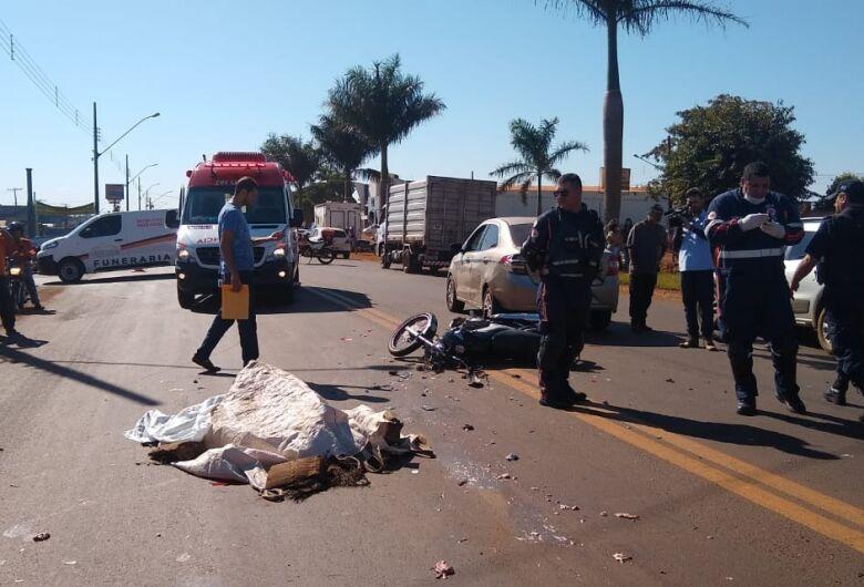 Motociclista bate em veículo e morre atropelado por caminhão