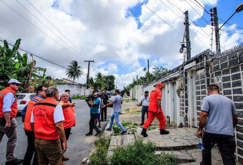 Bairros de Maceió afundam e causa rachaduras em casas; governo libera verba para aluguel