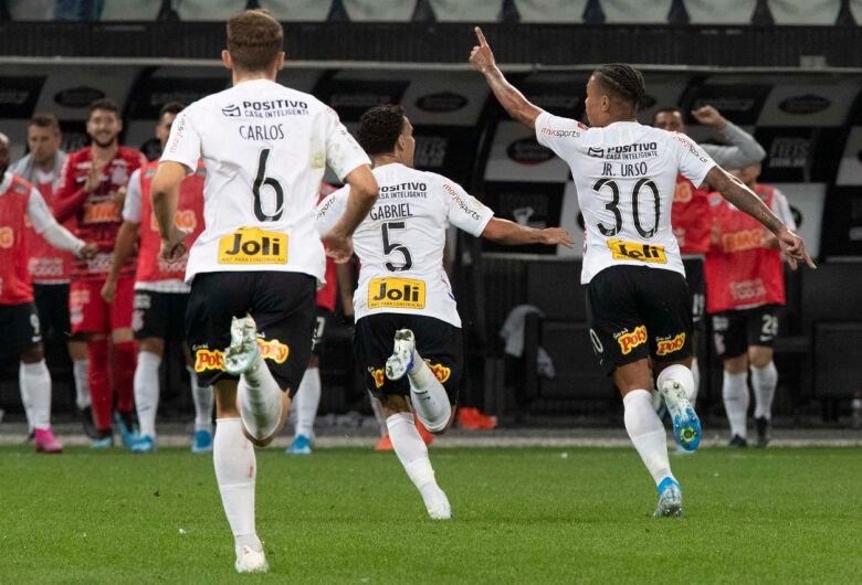 Corinthians vence o Goiás e sobe para quinto no Brasileirão