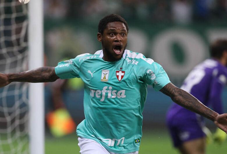 Luiz Adriano marca três e Palmeiras bate Fluminense no Brasileirão