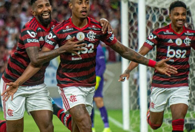 Flamengo vence clássico contra Flu e aumenta vantagem na liderança