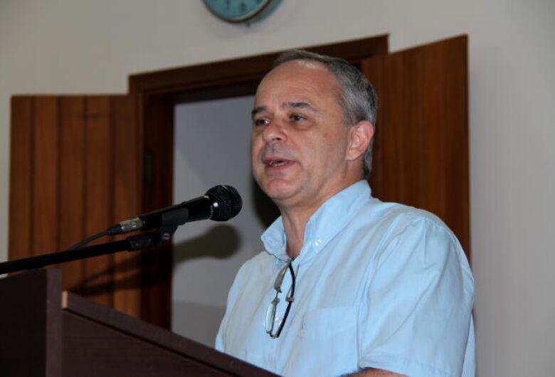 Professor e doutor em Administração Pública do RJ, Álvaro Chrispino, faz palestra em Dourados