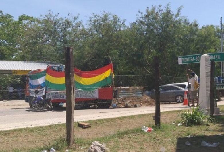 Sem consolidação da renúncia, manifestantes continuam bloqueando BR entre Brasil e Bolívia