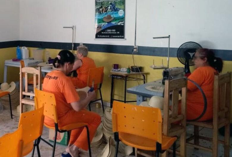 Detentas garantem remissão de pena produzindo chapéus e artigos de selaria