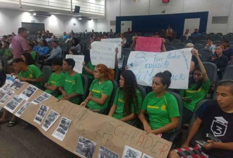 Alunos e professores protestam o fechamento de escola em Campo Grande