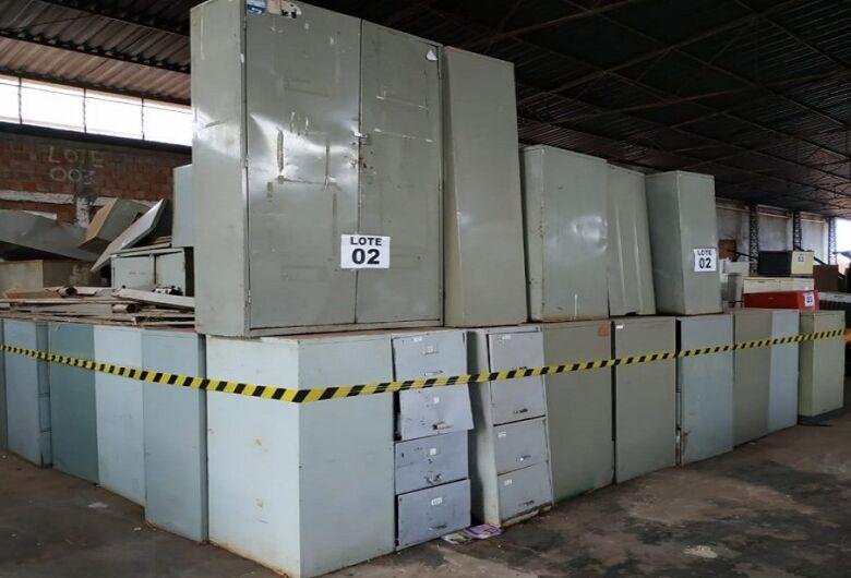 Governo promove leilão com 10 lotes de mobiliário