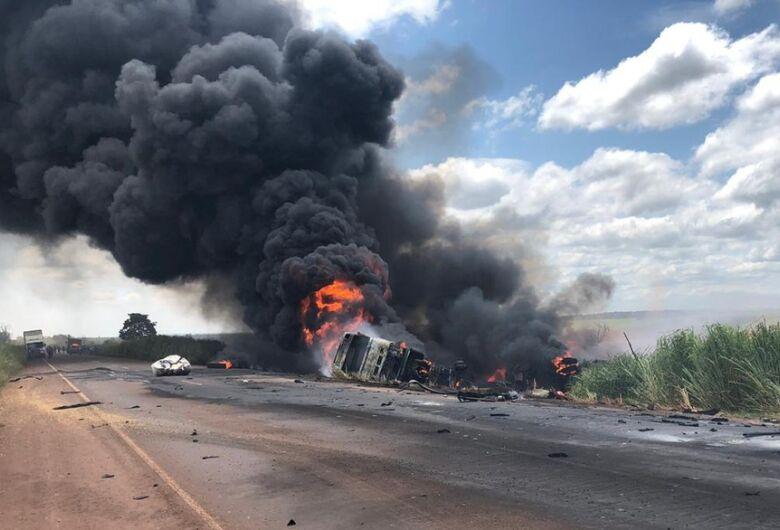 Acidente entre carreta e caminhão mata motorista