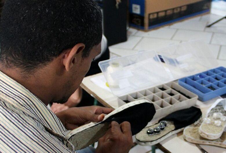 Customização de calçados é opção de trabalho e renda para detentos de Campo Grande