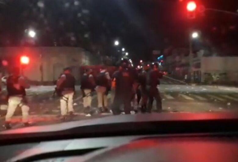 Noite de carnaval termina com balas de borracha e gás lacrimonêneo