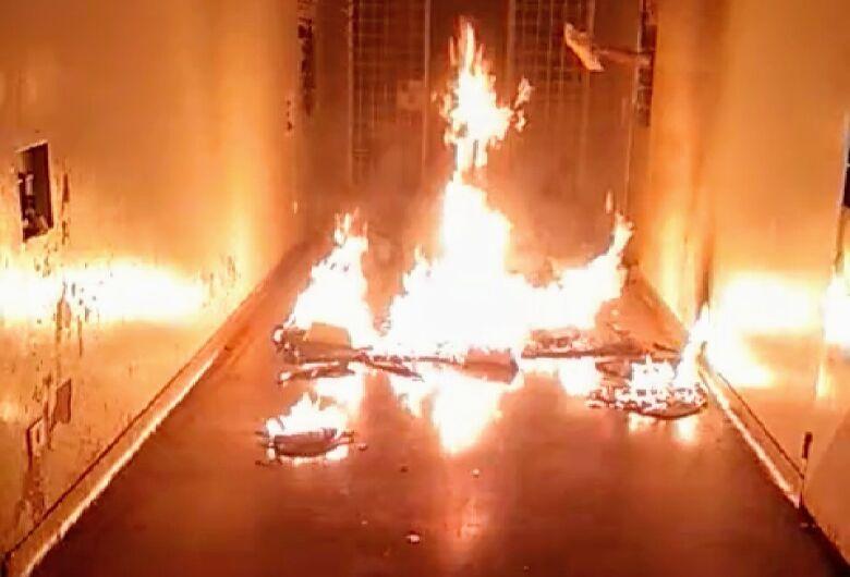 Em Motim, menores queimam colchões na Unei de Dourados