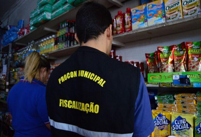 Procon fiscaliza venda  irregular de azeite e milho em conserva