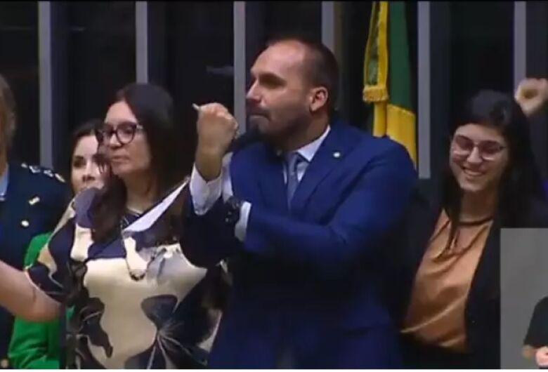 Eduardo manda 'banana' a deputadas que repudiaram fala de Bolsonaro