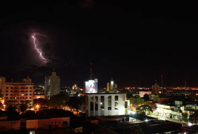 Durante final de semana quente, Dourados acumulou 35 milímetros de chuva com espetáculo no céu