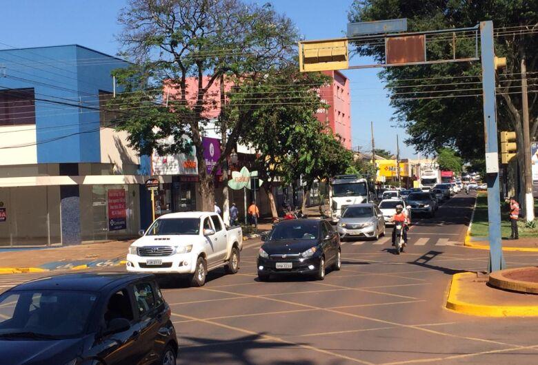 Buzinaço reúne centenas de veículos e Centro perde 'cara de domingo'