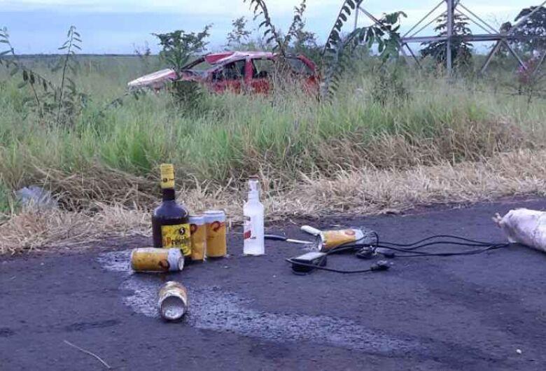 Carro com quatro pessoas capota e garrafas de bebidas ficam espalhadas na BR-262