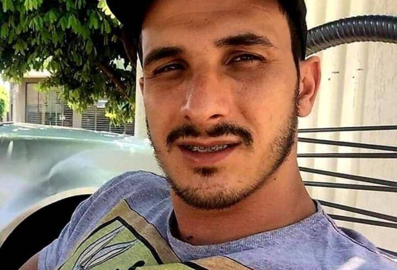 Motociclista morre após colidir em poste