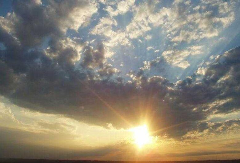Domingo de sol com chuva rápida durante o dia