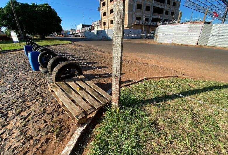 Em combate à covid-19, exército paraguaio coloca arame farpado nas travessias da fronteira com o Brasil