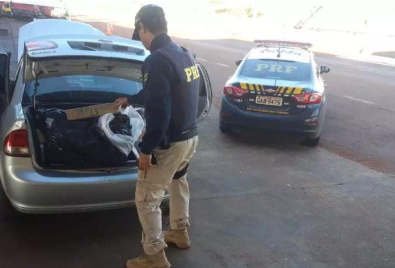 Carro camuflado lotado de droga é descoberto pela polícia