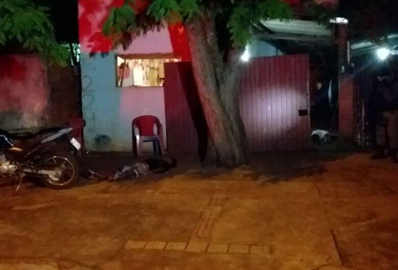 Homens são mortos a tiros em frente a bar no Jardim Canaã I