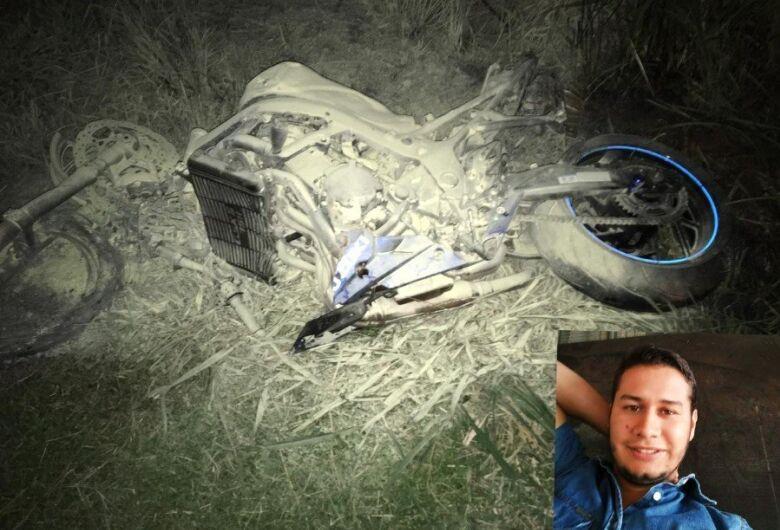 Na BR-163, motociclista bate em traseira de carreta e morre a caminho de casa
