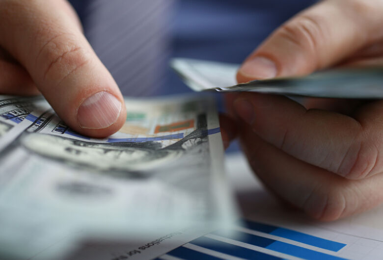Dólar opera em leve queda no início dos negócios