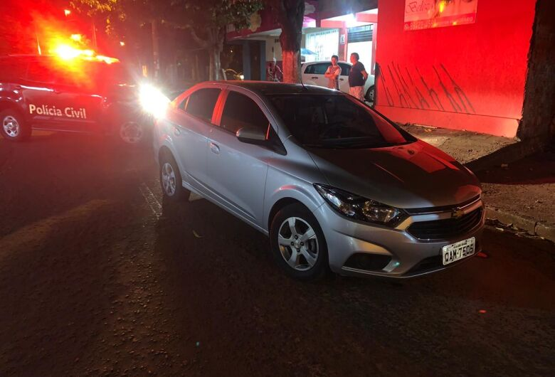 Bandido tenta fugir jogando carro contra policial, mas acaba preso por roubo