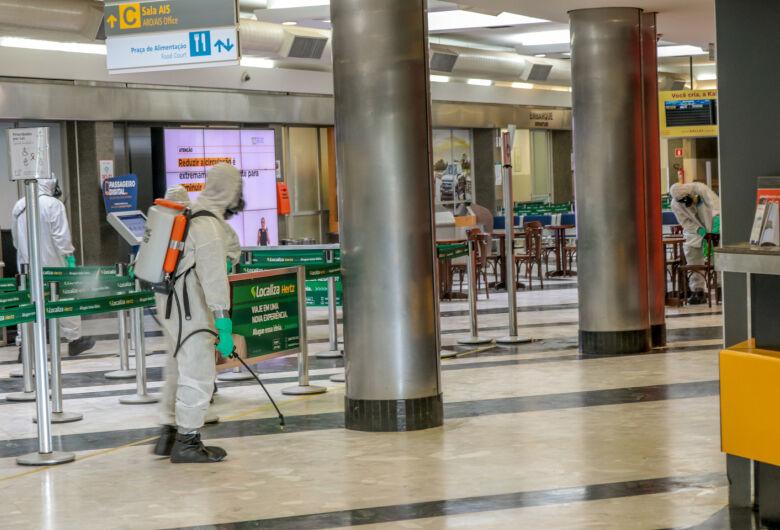 Militares fazem a descontaminação de aeroporto em MS
