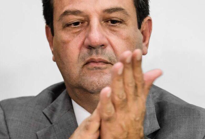 Bolsonaro ameaça demitir Mandetta nesta segunda-feira, mas desiste