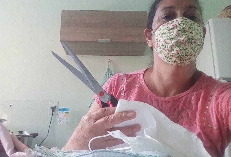Voluntárias confeccionam e doam máscaras para pacientes com câncer