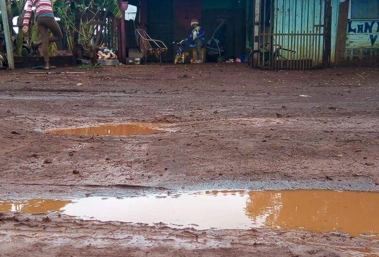 Após chuva 'inundar' casa, pai implora por atenção da Prefeitura na Comunidade Vitória