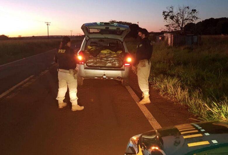 PRF apreende 381,6 Kg de maconha e skunk após tentativa de fuga em Sidrolândia