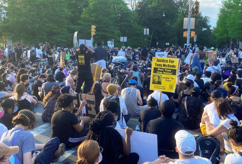 Manifestantes precisam se proteger da COVID-19, diz agência de saúde da ONU
