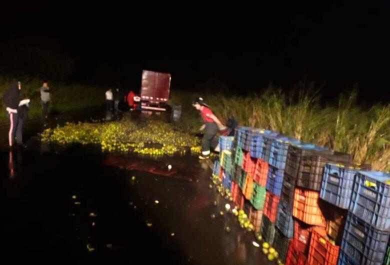 Caminhão que seguia para Dourados carregado de laranja pega fogo em rodovia