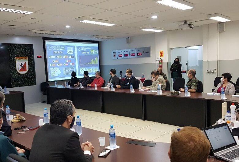 Prefeitura e membros do Comitê da Covid-19 apresentam ações no combate à doença para representantes de entidades