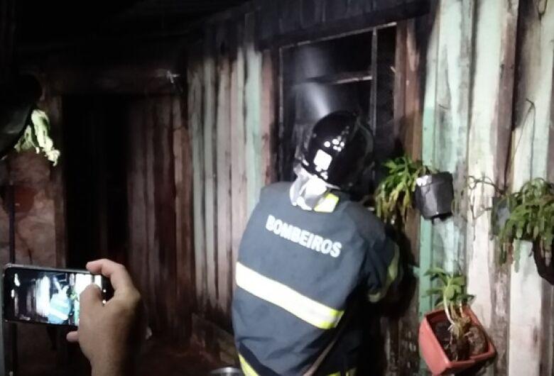 Morador morre em incêndio dentro de casa na Vila Cachoeirinha