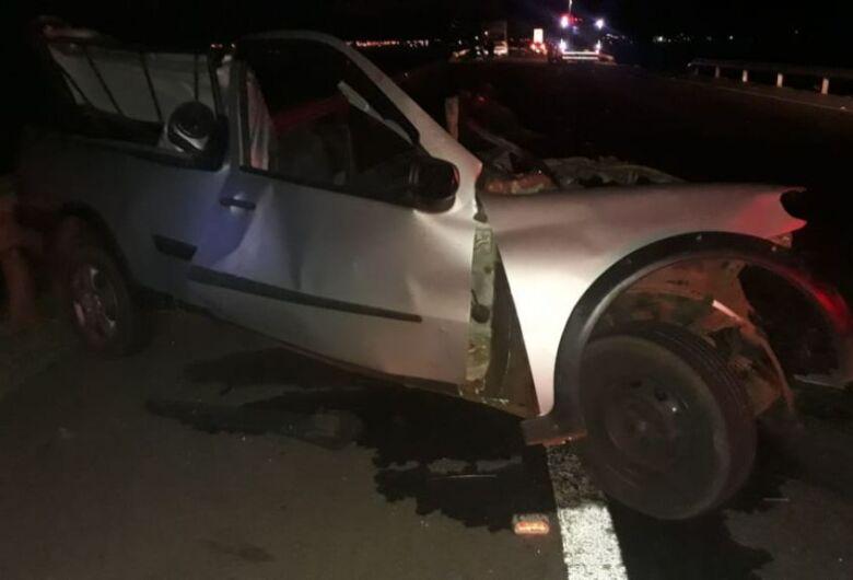 Acidente entre carro e carreta mata casal e caminhoneiro na BR-267