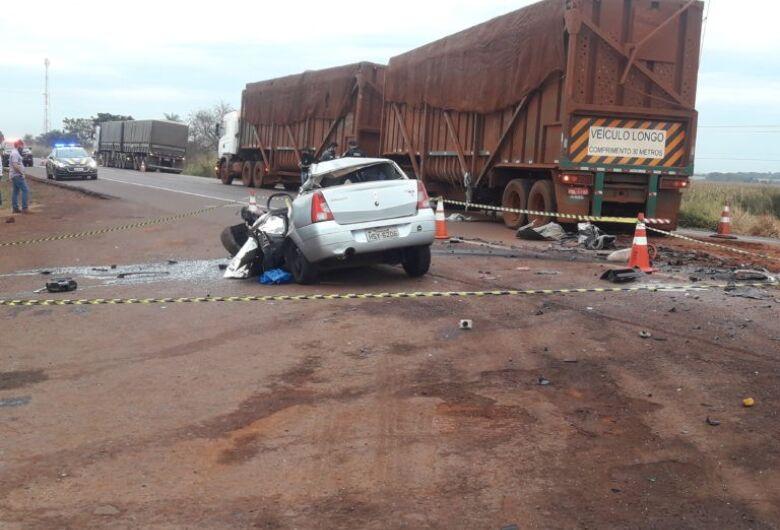 Acidente entre carro e carreta mata duas pessoas em MS