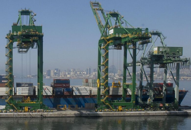 Queda das importações faz balança comercial bater recorde em junho