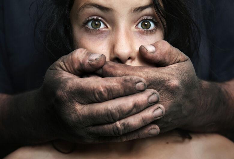 Mãe flagra a filha de 10 anos sendo estuprada pelo padrasto