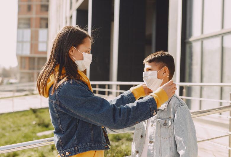 Qual a forma correta para crianças e adolescentes usarem máscaras?