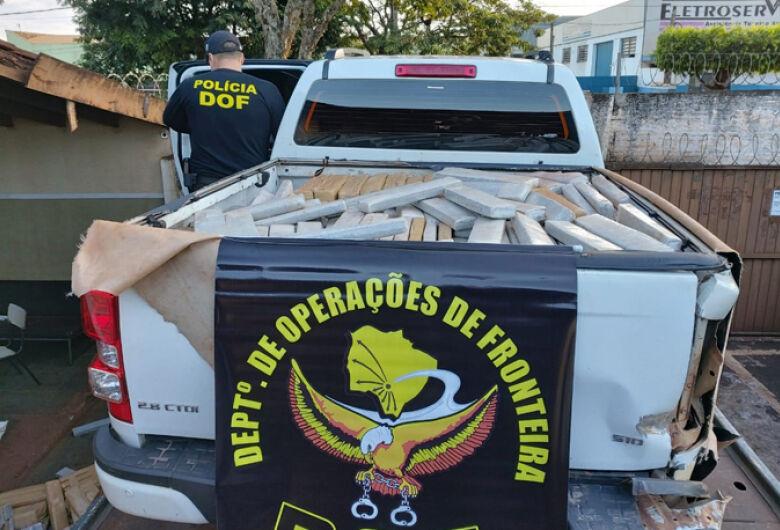 Caminhonete rouba é recuperada e policiais descobrem carga com mais de 1,7 quilos de maconha