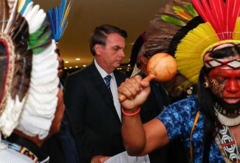 Bolsonaro veta obrigação do governo fornecer água potável e leitos hospitalares a índios