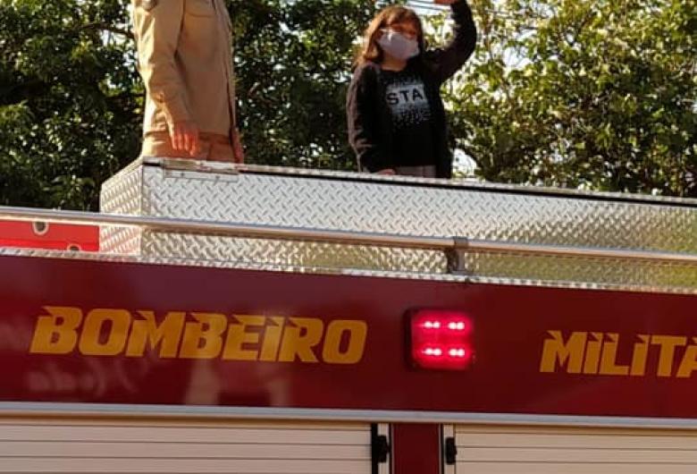 Menina apaixonada pelo Corpo de Bombeiros ganha festa temática surpresa com direito a viatura