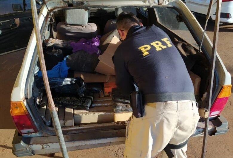 Traficante tenta escapar da polícia, mas acaba sendo flagrado e preso com droga